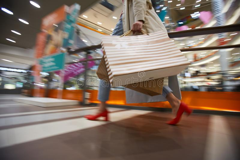 做在购物中心的夫人购物 库存照片