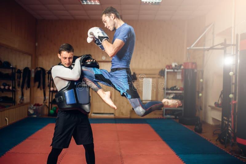 做在跃迁的男性kickboxer反撞力,kickboxing 图库摄影