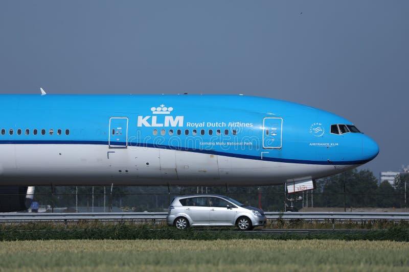 做在跑道,AMS机场的KLM飞机出租汽车 免版税库存照片