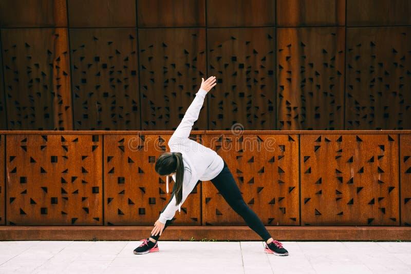 做在转弯健身锻炼的妇女弯 图库摄影