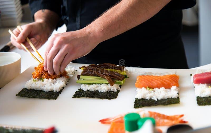 做在酒吧的厨师寿司 免版税库存图片