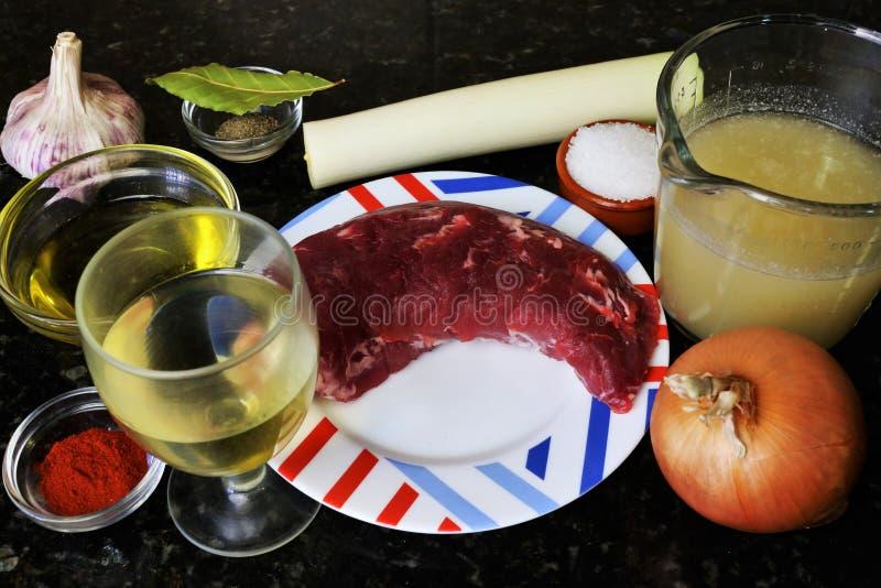做在酒酱汁的猪里脊肉的成份 免版税库存照片