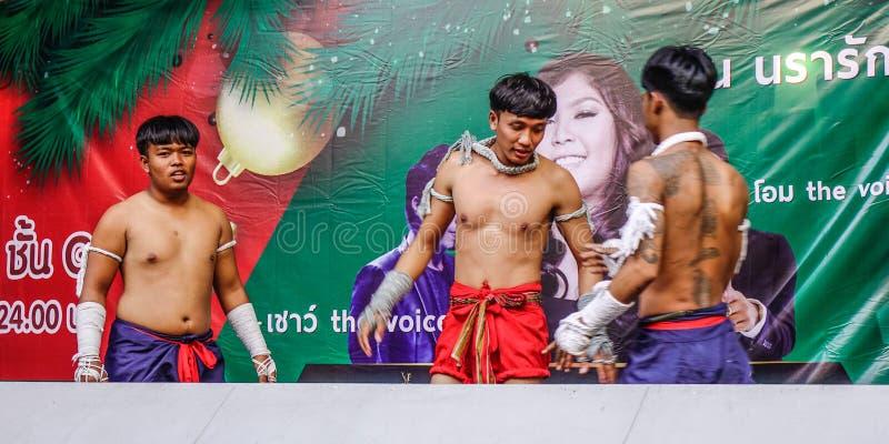 做在阶段的泰国拳击手锻炼 库存照片