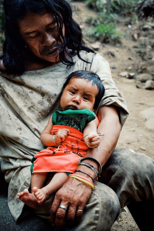 做在附近的小河的Kogi部族孩子洗衣店接近他们的家 库存图片