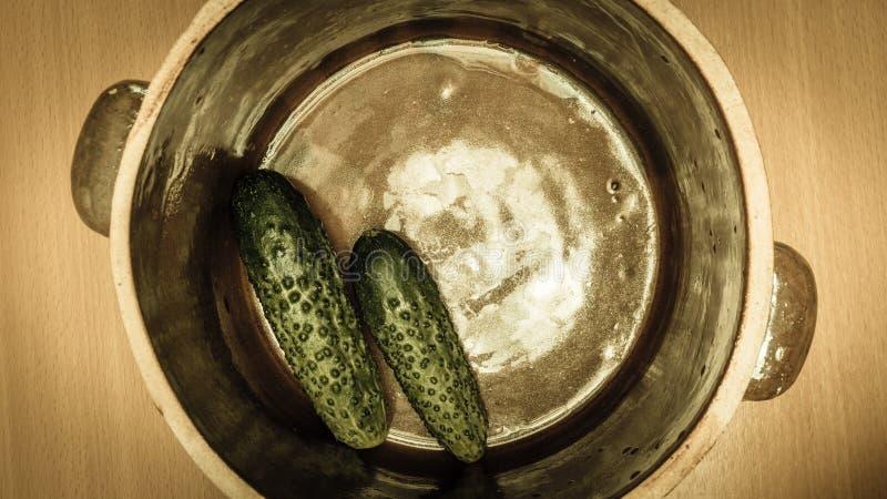 做在黏土瓶子的酱瓜 免版税库存照片