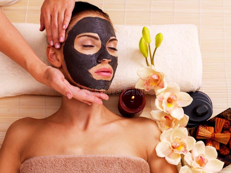 做在woman& x27的美容师按摩; 在树汁沙龙的s面孔 免版税库存照片