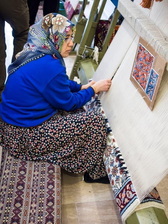 做地毯的土耳其妇女 库存图片