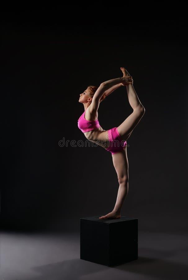 做垂直的体操分裂的红头发人芭蕾舞女演员 库存照片