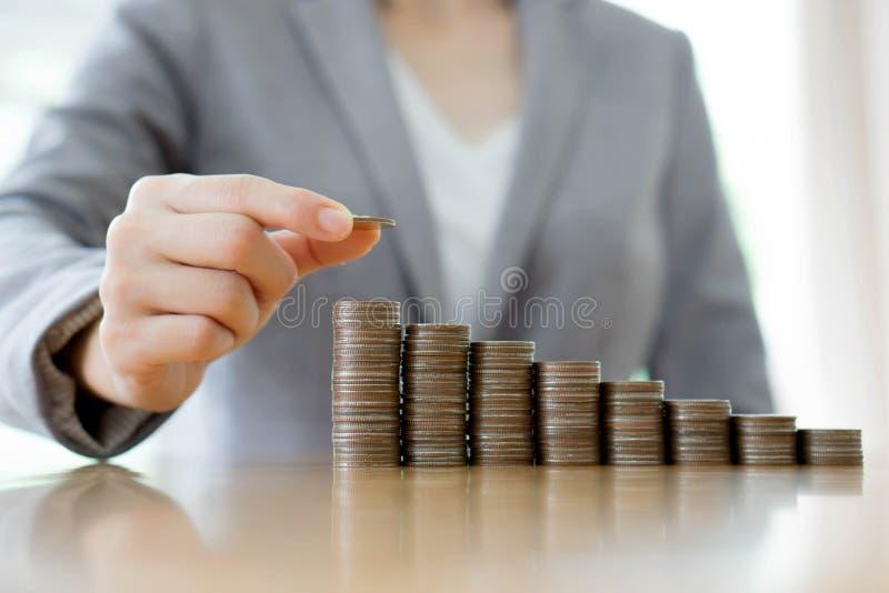 做堆的女实业家硬币 库存图片