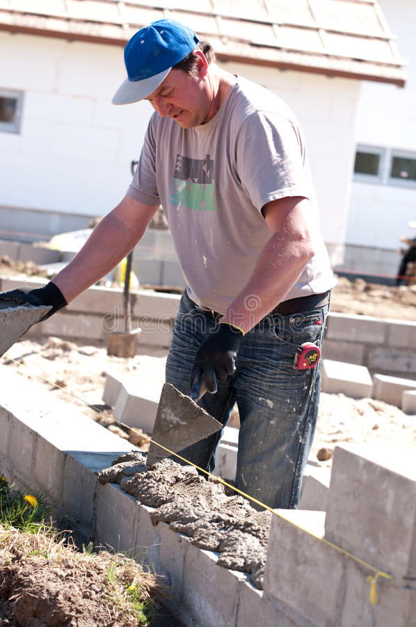 泥工在工作 免版税图库摄影