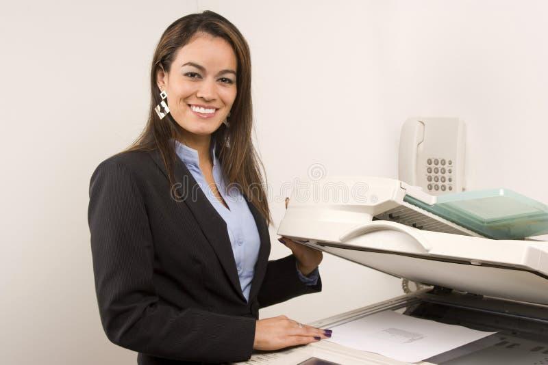 做复制的俏丽的女实业家 免版税库存照片