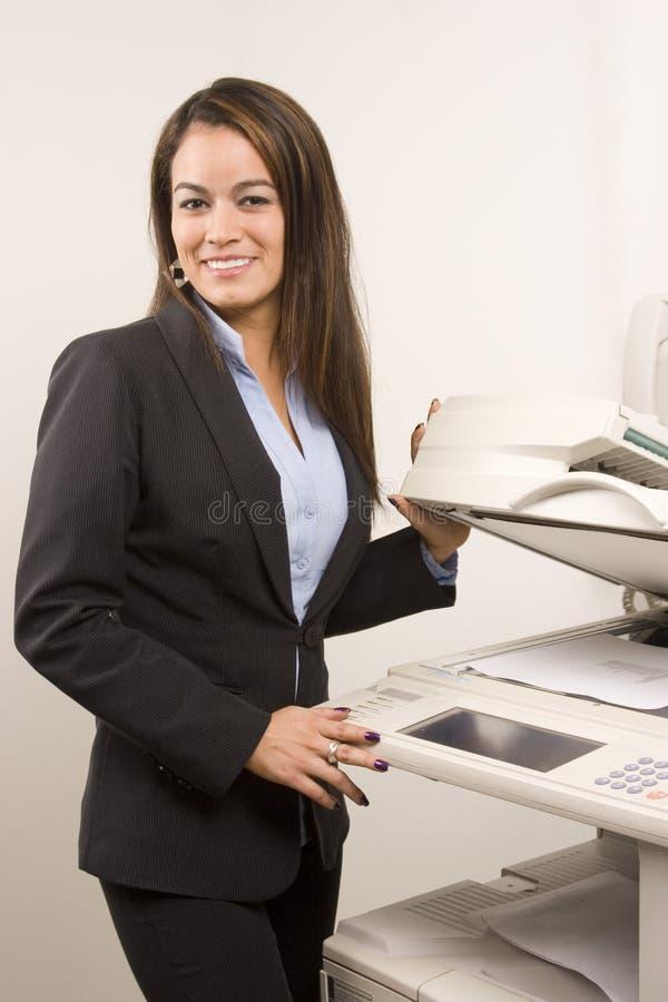 做复制的俏丽的女实业家 库存照片