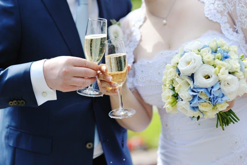 做多士用香槟的新娘和新郎 免版税图库摄影