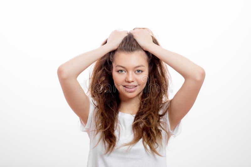 做头发的一微笑的美女的接近的画象早晨 免版税图库摄影