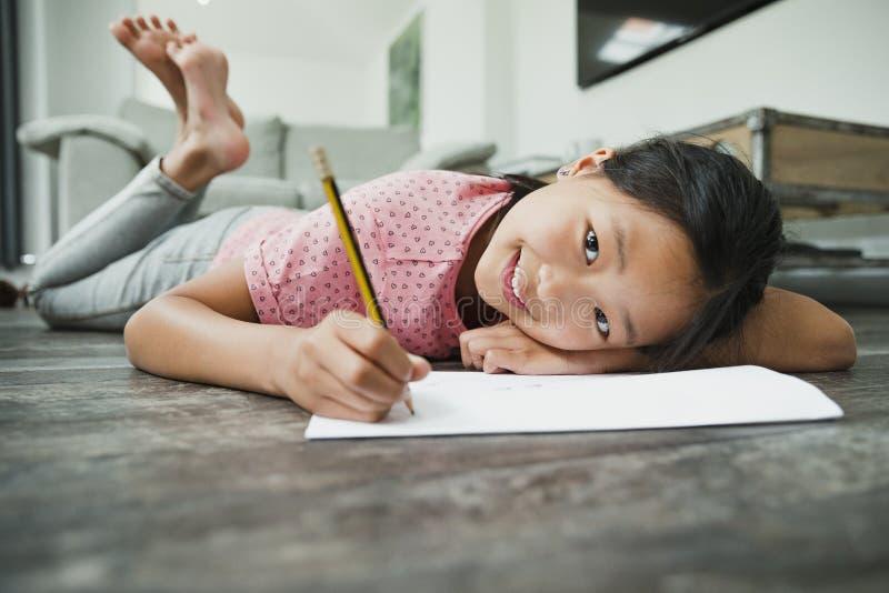 做她的家庭作业的DLittle女孩 免版税库存照片
