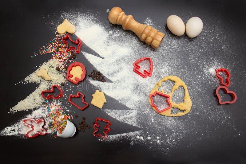 做姜圣诞节的短冷期曲奇饼 欢乐曲奇饼的概念 在计划的自创姜曲奇饼的成份 图库摄影