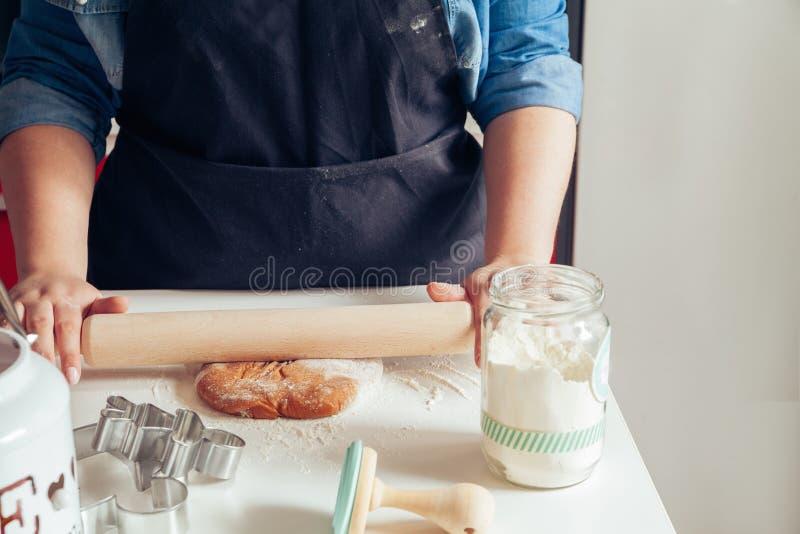 做姜饼曲奇饼的面团 免版税图库摄影