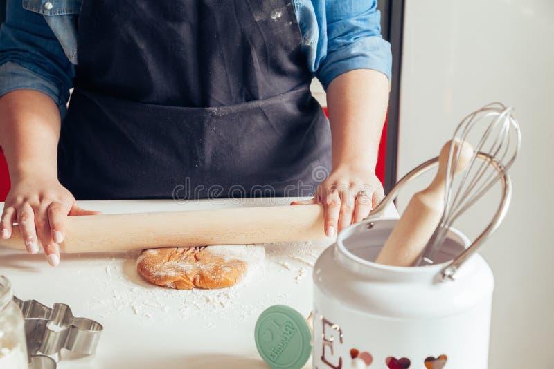 做姜饼曲奇饼的面团 免版税库存图片
