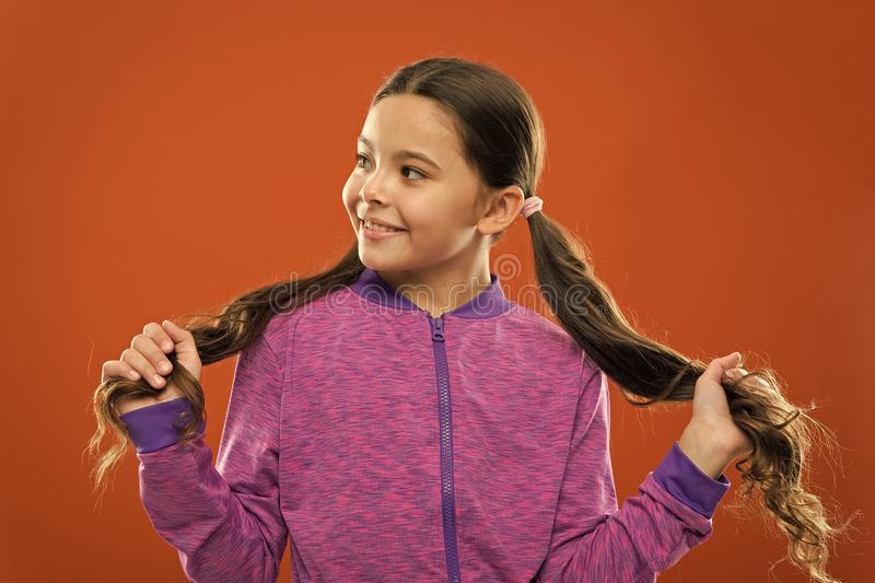 做孩子的容易的技巧发型 活跃生活方式的舒适的发型 迷人的秀丽 女孩活跃孩子与 免版税库存图片