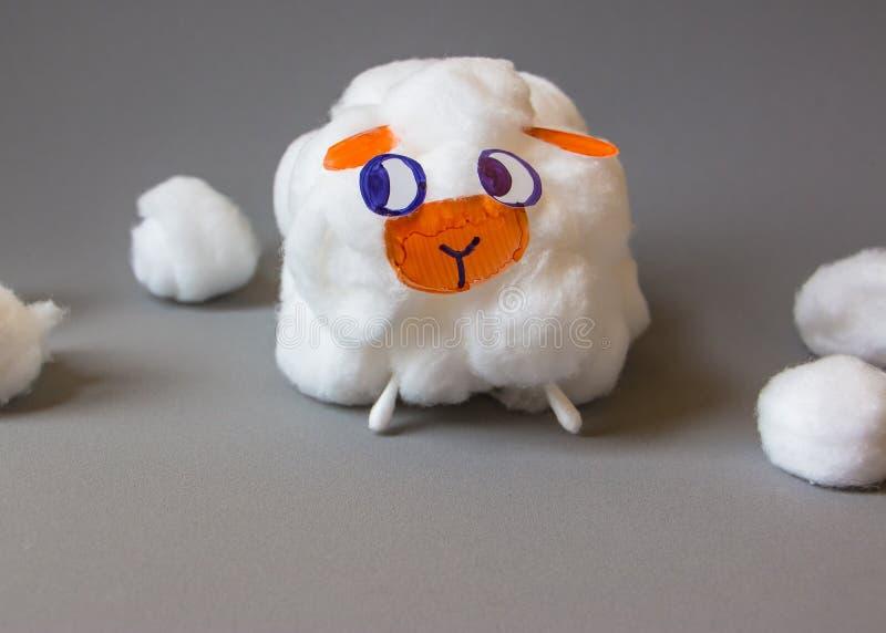 做它你自己从棉花球的手工制造逗人喜爱的绵羊 免版税图库摄影