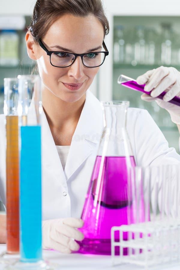 做实验的妇女在实验室 免版税库存图片