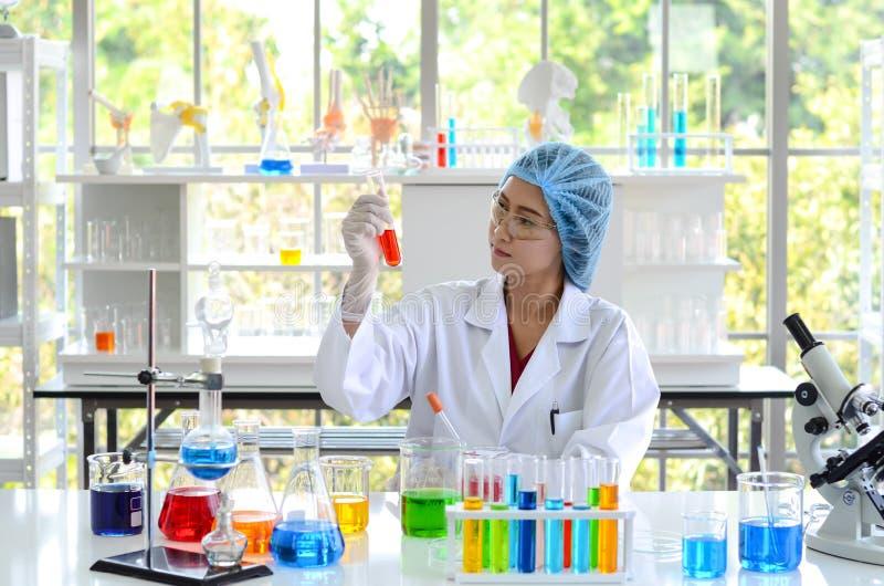 做实验的妇女科学家 免版税图库摄影