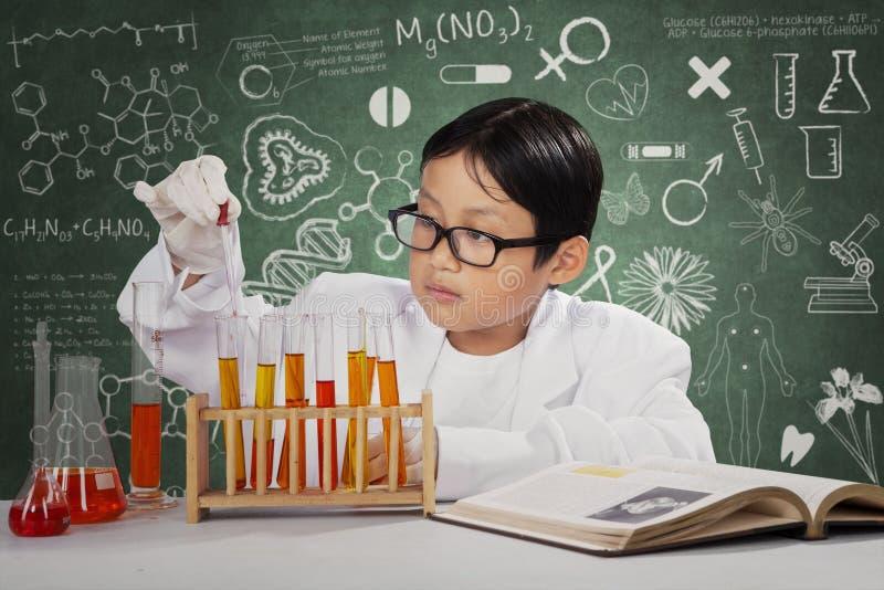 做实验的小科学家 免版税库存照片