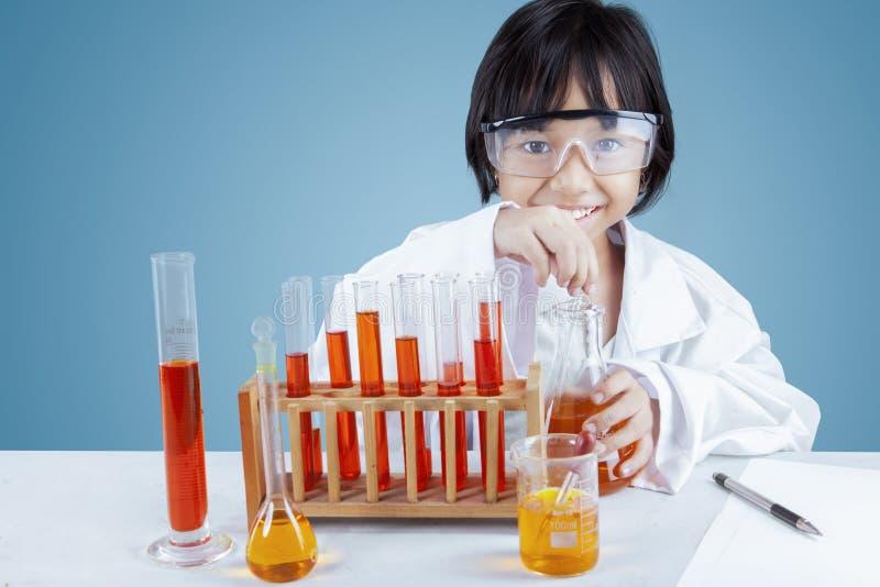 做实验的小科学家 库存照片