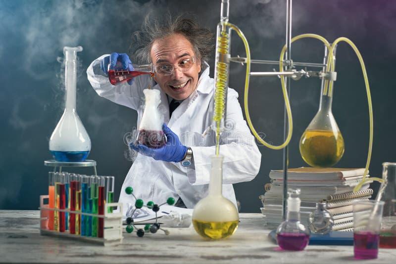 做实验的疯狂的化学家 免版税库存照片
