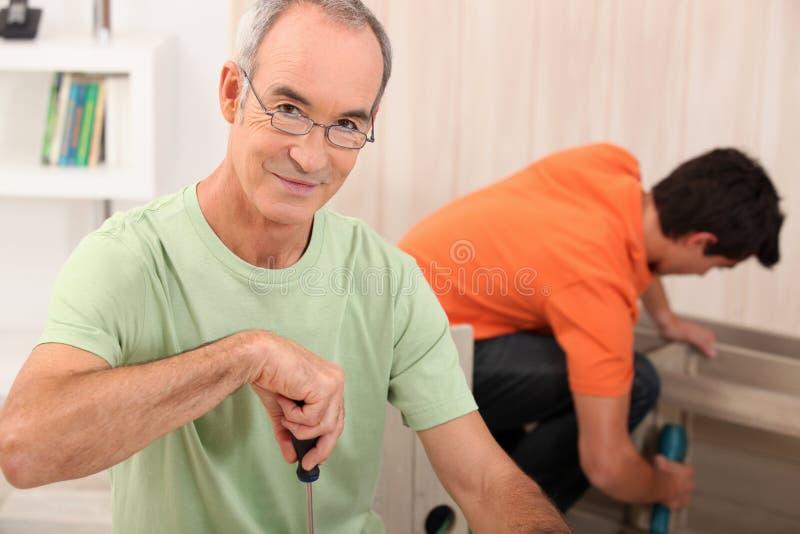 做家具的父亲和儿子 免版税库存图片
