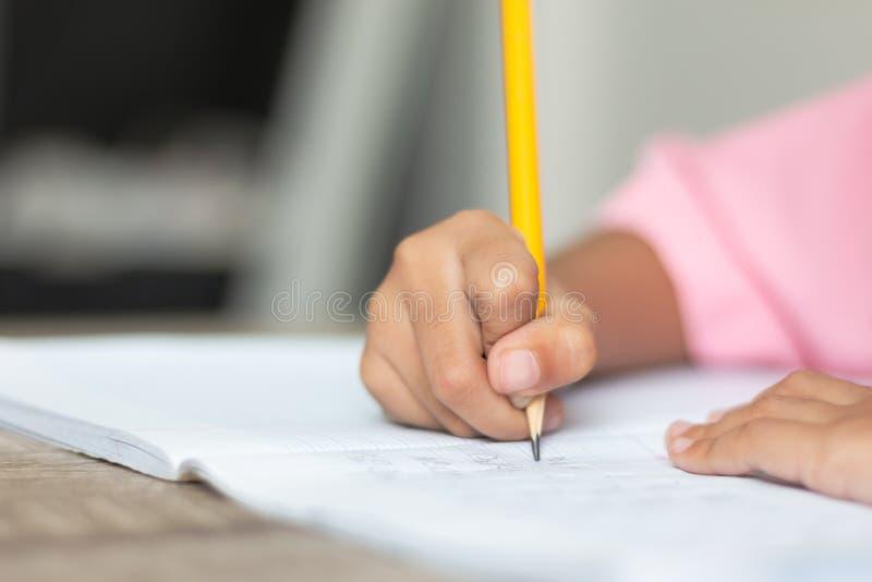 做家庭作业的一个小女孩 库存图片