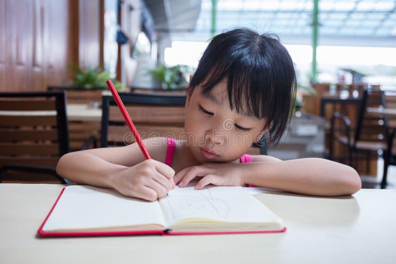 十四小女孩做爰相片_做家庭作业的亚裔中国小女孩