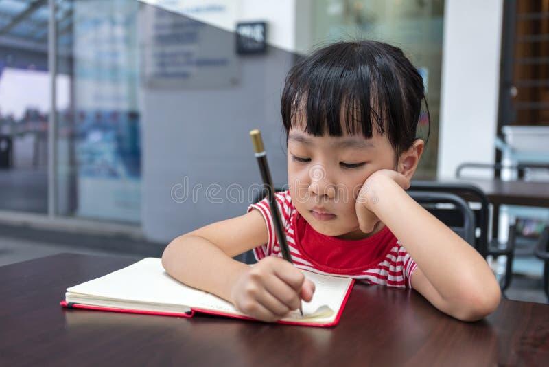 十四小女孩做爰相片_做家庭作业的亚裔中国小女孩. 聪明, 执行.