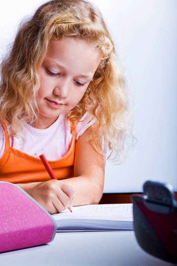 做家庭作业的女孩 免版税图库摄影