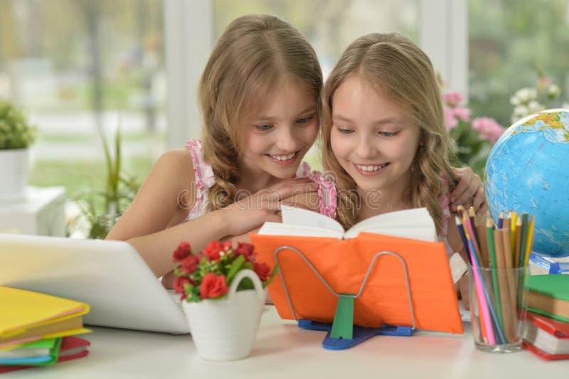 做家庭作业的小女孩 库存图片