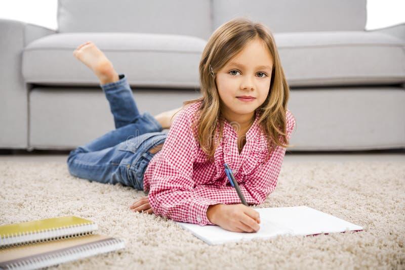 做家庭作业的小女孩 图库摄影