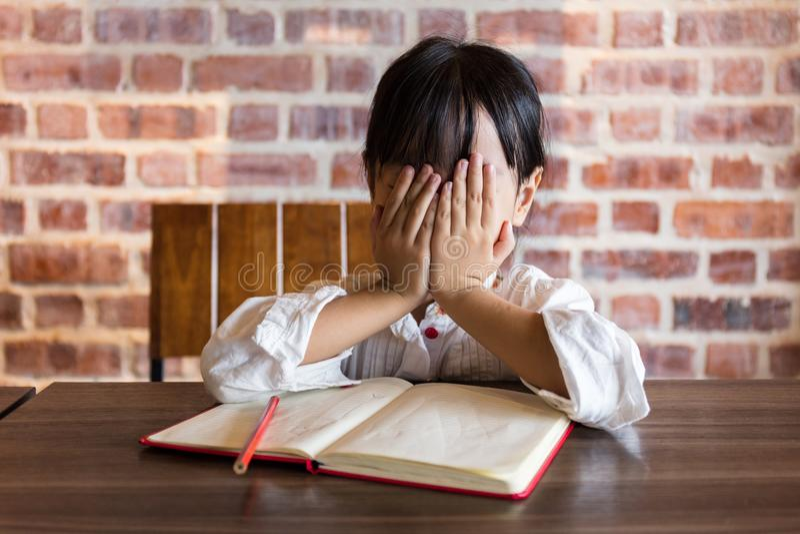十四小女孩做爰相片_做家庭作业的沮丧的亚裔中国小女孩.