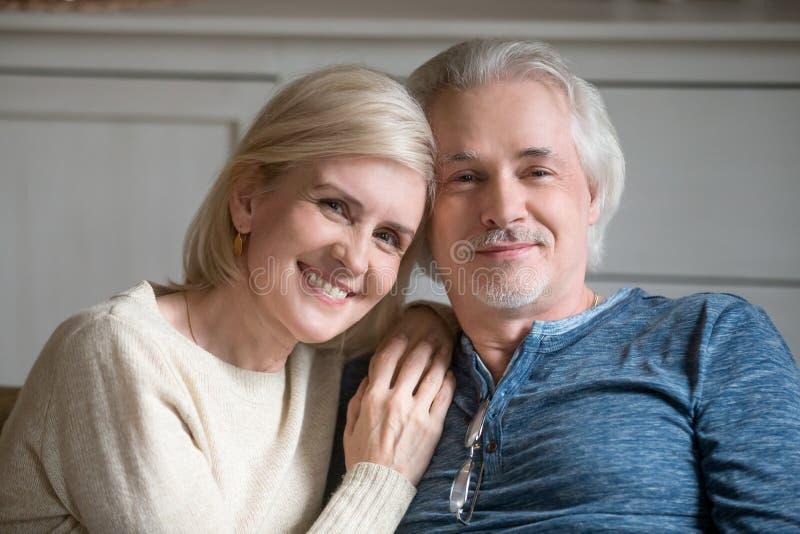 做家庭图片的微笑的年迈的夫妇画象  库存照片