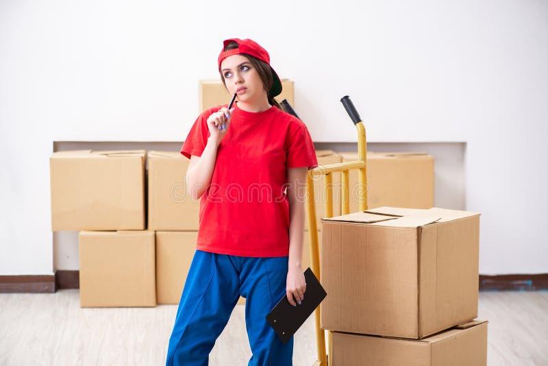 做家庭拆迁的幼小母专业搬家工人 免版税库存照片