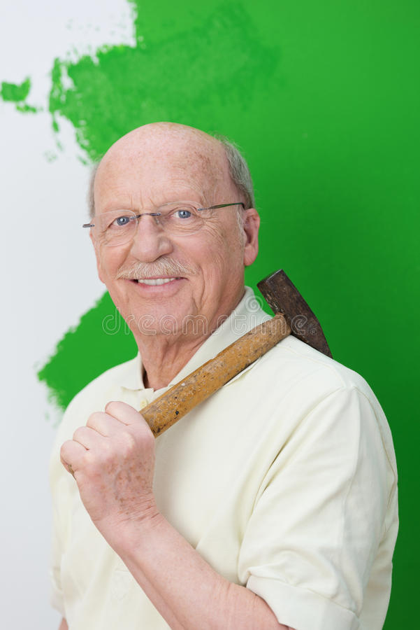 做家庭整修的可胜任的年长人 免版税库存照片