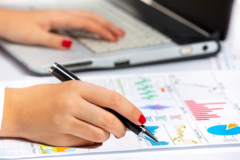 做对片剂的女性手研究,在业务会议上 免版税图库摄影