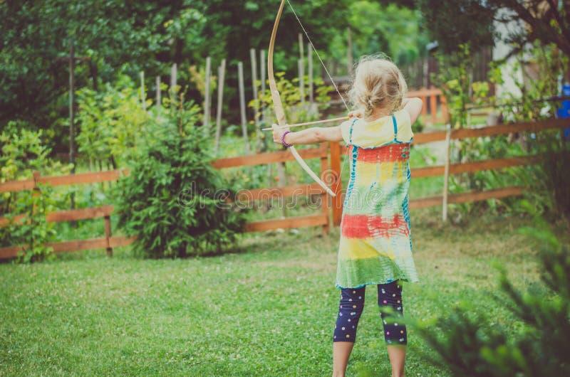 做射箭体育的可爱的女孩 免版税库存图片