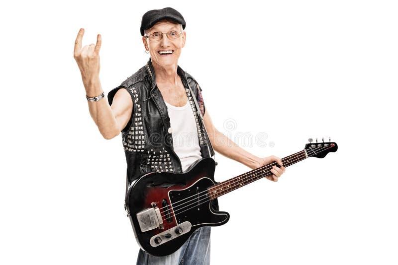 做岩石姿态的老庞克音乐的表演者 免版税库存图片