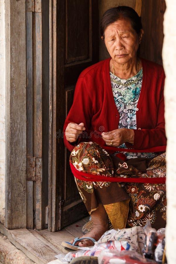 做工艺品的妇女在Falam,缅甸(缅甸) 免版税库存图片