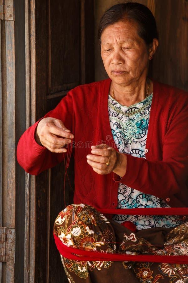 做工艺品的妇女在Falam,缅甸(缅甸) 库存照片