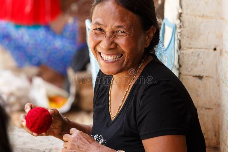 做工艺品的妇女在Falam,缅甸(缅甸) 图库摄影