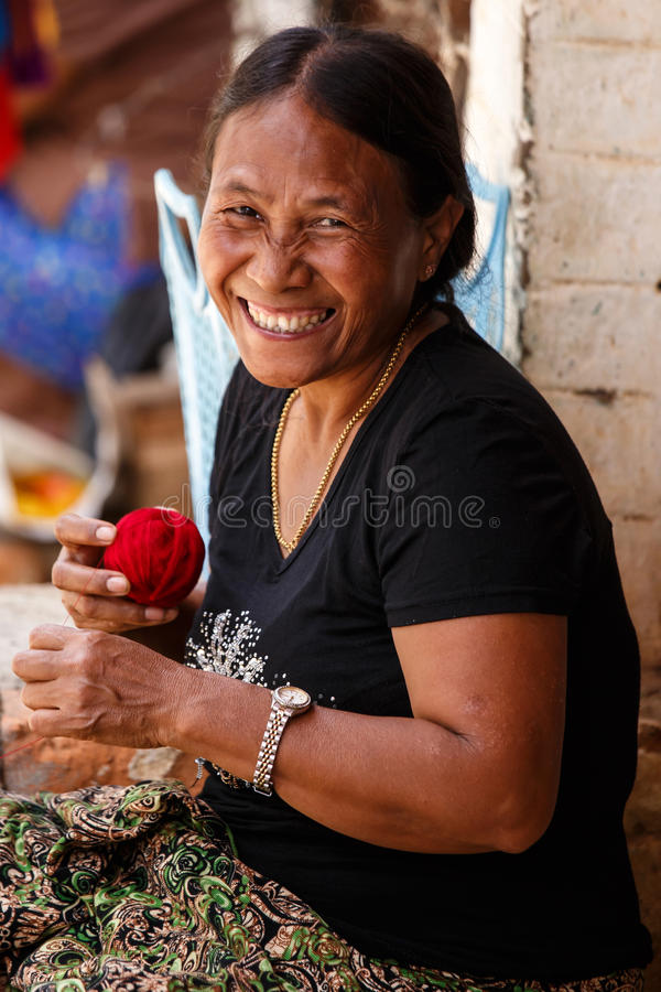 做工艺品的妇女在Falam,缅甸(缅甸) 免版税库存照片
