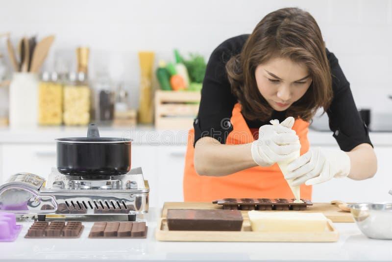 做巧克力的妇女 免版税库存图片