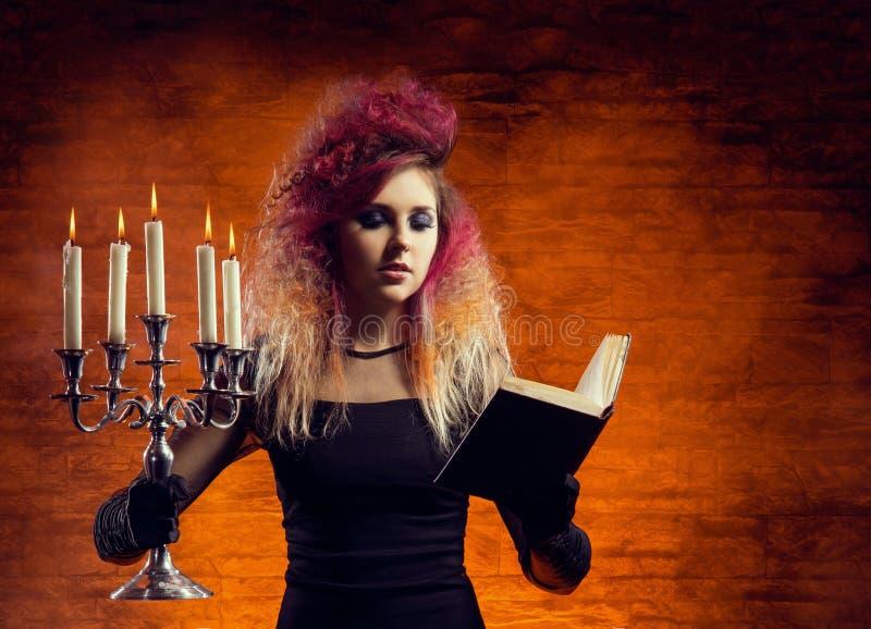 做巫术的年轻和美丽的巫婆 库存照片
