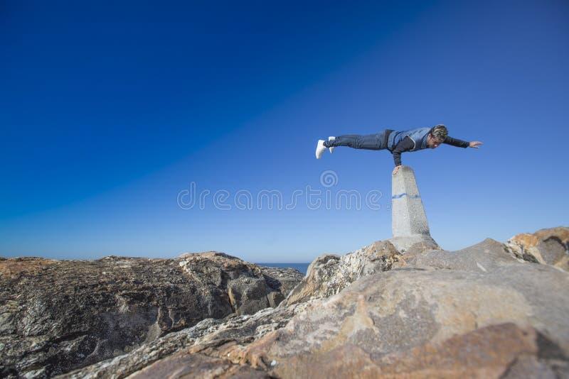 做平衡状况的疯狂的舞蹈家 免版税库存图片